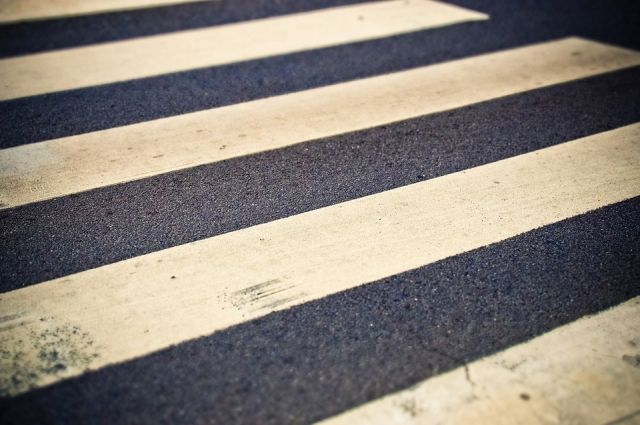 Пешеход переходил проезжую часть перед близко движущимся автомобилем.