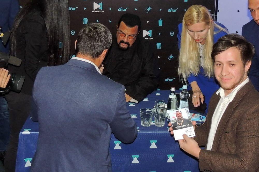 За время пребывания в Краснодаре Сигалу пришлось дать огромное количество автографов.