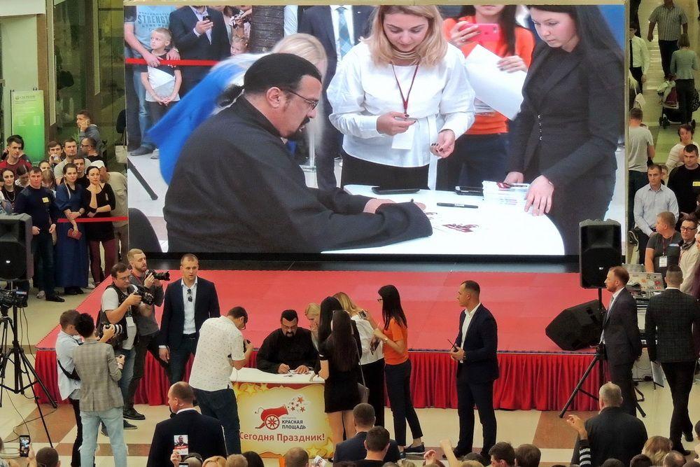 Люди выстроились в очередь за автографами Сигала.