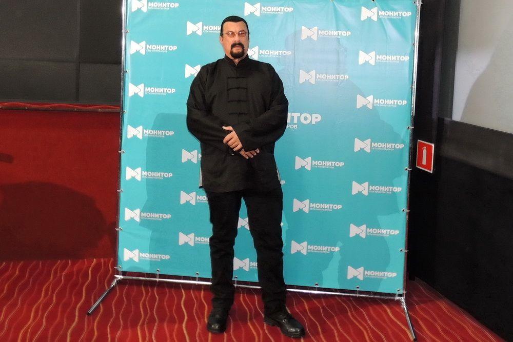 После закладки именной звезды Стивен Сигал встретился с журналистами в кинотеатре сети «Монитор».