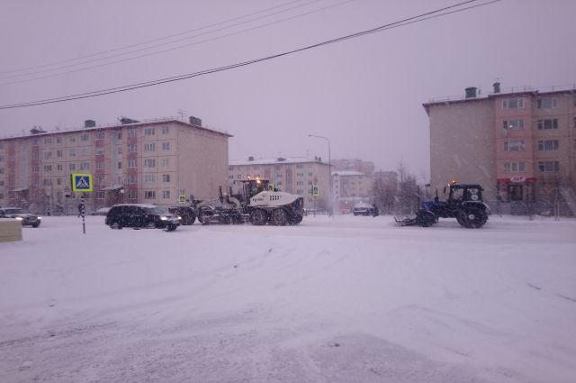 В Салехарде на борьбу со снегом вышли в четыре часа утра