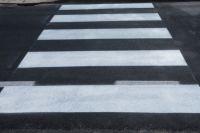Для разметки пешеходных переходов дорожная служба начала использовать пластик.