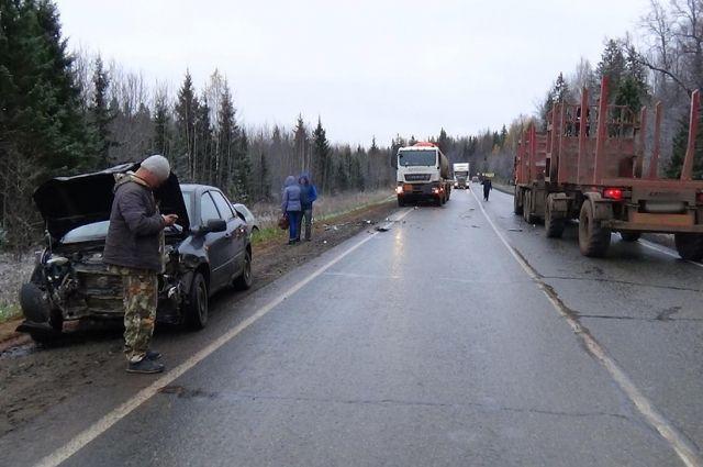 В результате дорожной аварии водитель Lada Largus и его 50-летняя пассажирка получили травмы и были госпитализированы.