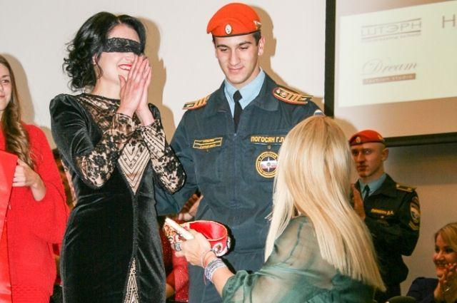 Председатель жюри конкурса Ксения Безуглова (справа) вручает корону «Мисс Цивилизация – Урал» Юлии Дик.