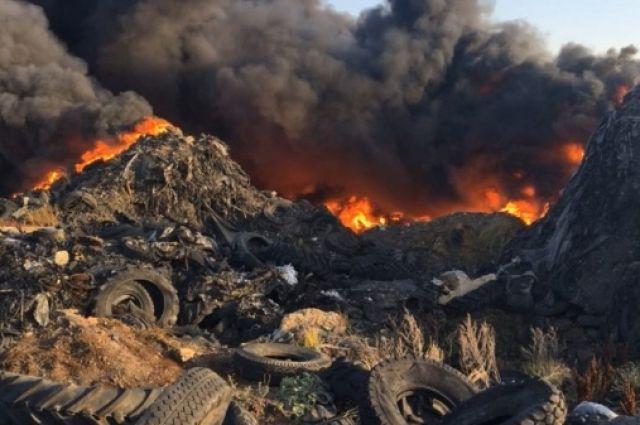 Фото с места пожара на свалке.