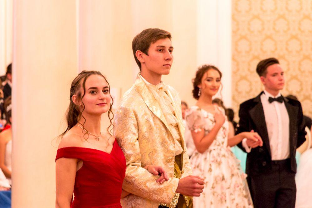 Танцы чередовались театрализованными номерами – сценками из романов Толстого «Анна Каренина» и «Война и мир», где в качестве актеров выступили сами ученики.
