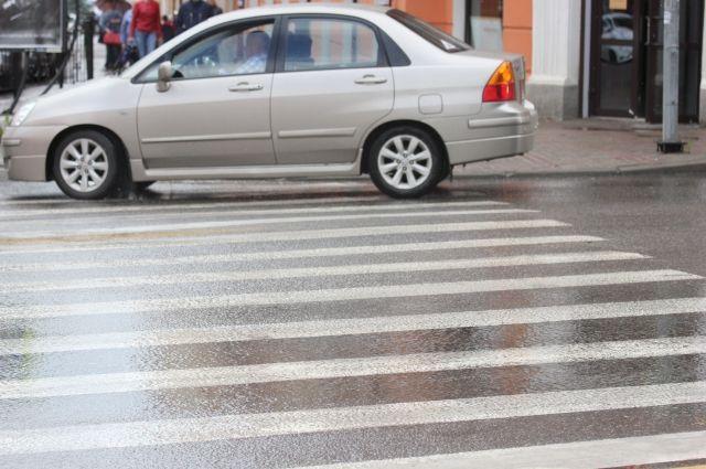 Школьница переходила дорогу по нерегулируемому пешеходному переходу.