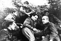 Писатель и журналист Константин Симонов беседует с бойцами в минуты затишья.
