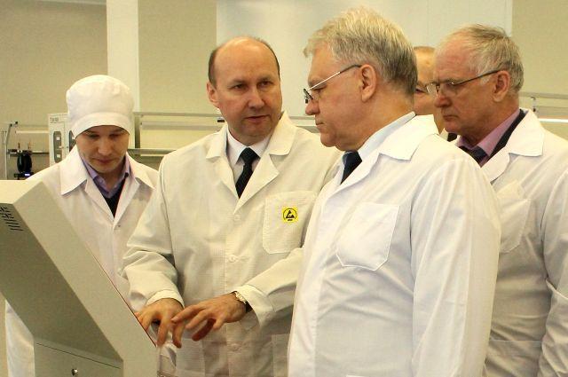 Генеральный директор АО «НПП «Завод Искра» Руслан Тарасов с руководством Концерна ВКО «Алмаз-Антей».