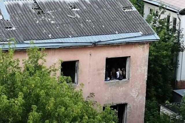 В расселённом доме на улице Малая Самара в Твери подростки проводят время, рискуя жизнью.