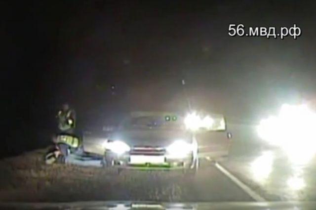 В Оренбурге полиция применила табельное оружие для остановки автомобиля под управлением нетрезвого водителя.