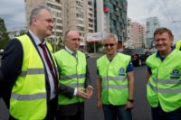 Борис Дубровский во время объезда со специалистами проверил качество нового автодорожного полотна.