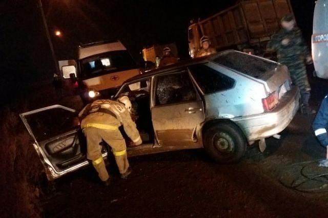 По прибытию на место спасатели и пожарные при помощи специального оборудования извлекли из автомобиля пострадавшего – 35-летнего мужчину