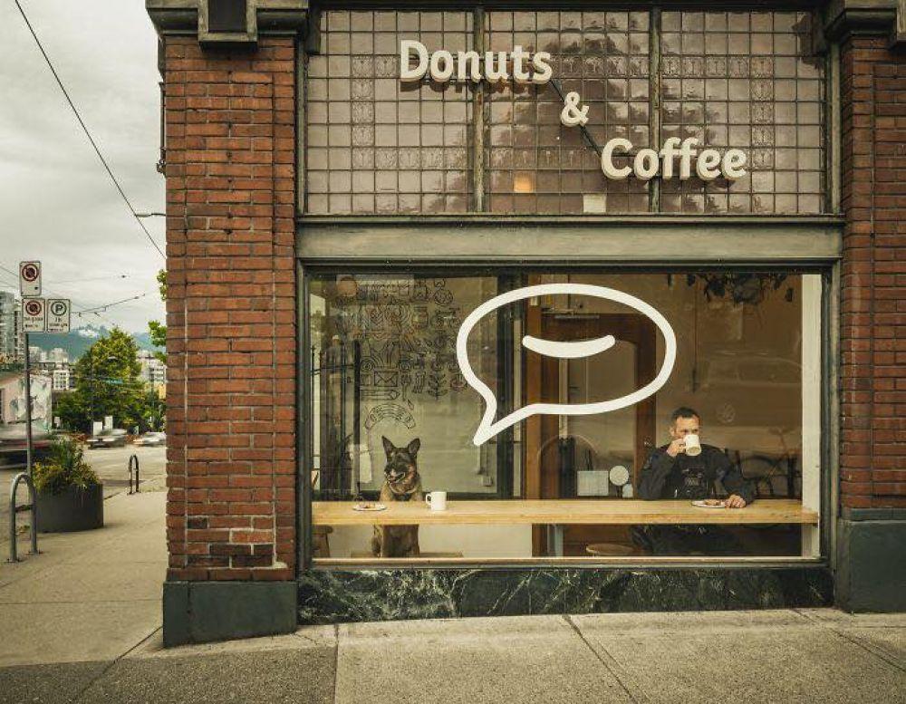 Полицейские везде одинаковы - день начинают с кофе и пончиков.