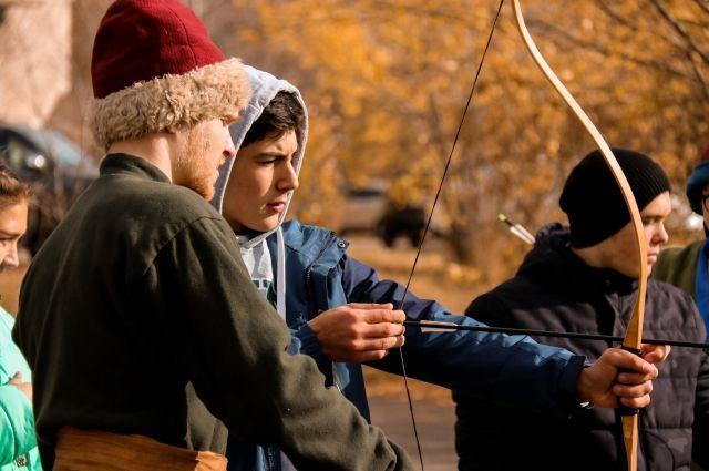 Дети осваивают ремесло истрельбу из лука.