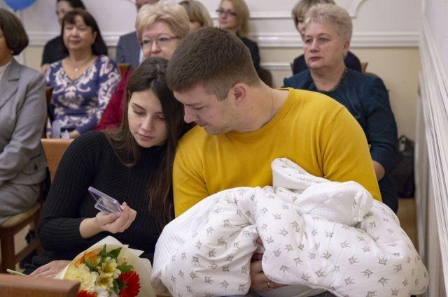 Кроме памятных медалей и приветственных адресов от имени Губернатора края, родители получили полезные подарки для новорождённых и их братишек и сестрёнок.
