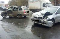 После столкновения 67-летняя женщина-пассажир автомобиля «ВАЗ-111730» получила травмы головы и сотрясение мозга, ей потребовалась помощь врачей.