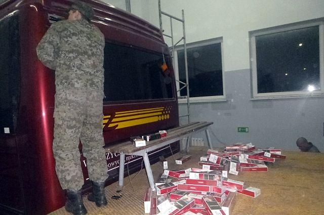 Калининградские таможенники нашли контрабандные сигареты в крыше автобуса.