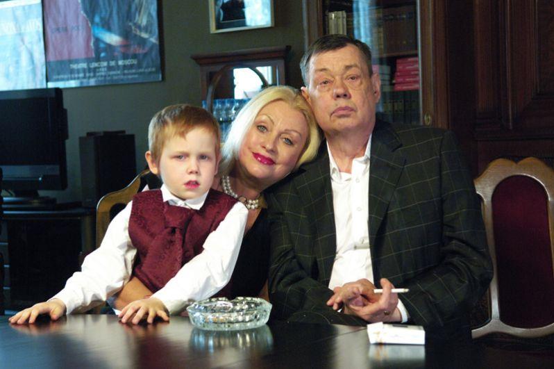 Актер Николай Караченцов с супругой Людмилой Поргиной и внуком Петей перед началом вечера, посвященного 40-летию творческой деятельности актера в театре «Ленком». 2008 год.