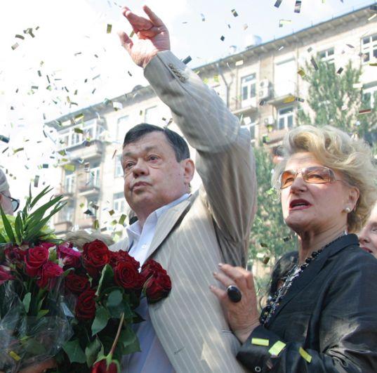 Народный артист России Николай Караченцов и режиссер Светлана Дружинина на церемонии закладки именной плиты актера на Аллее кинозвезд. 2007 год.