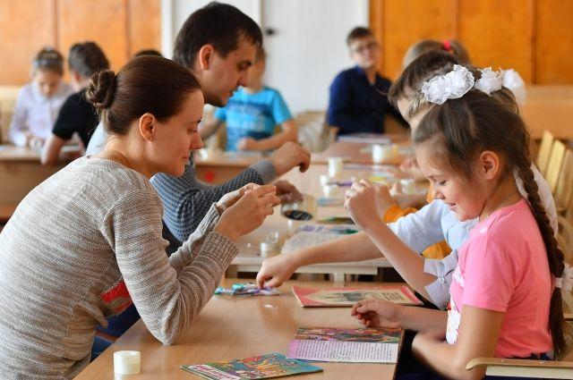 Дети учились чинить книги.