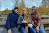 Пока лисёнок живёт у Олега.