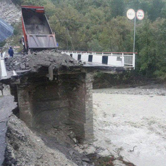 Разрушенный мост через реку Макопсе в Сочи.
