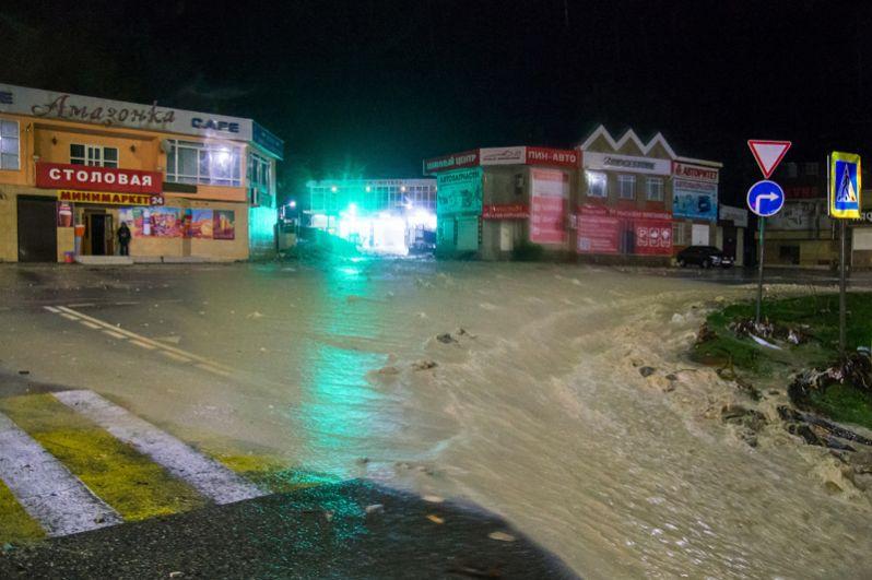 Улица в Туапсе, подтопленная в результате сильных дождей.