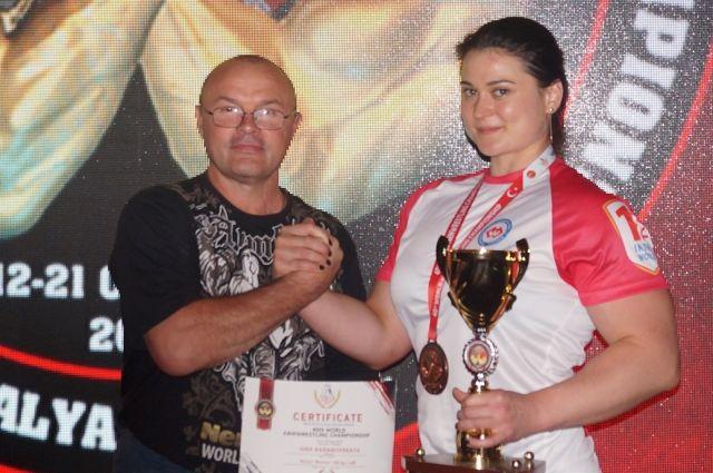 Яна Барановская из Калининграда взяла «бронзу» на ЧМ по армрестлингу.