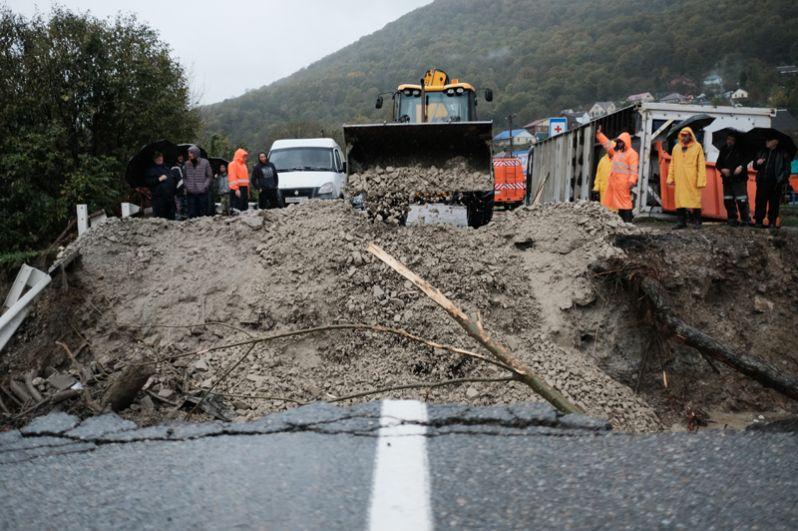 Аварийно-восстановительные работы на автодорожном мосту через реку Цыпка, разрушенном в результате аномального паводка на территории Краснодарского края.