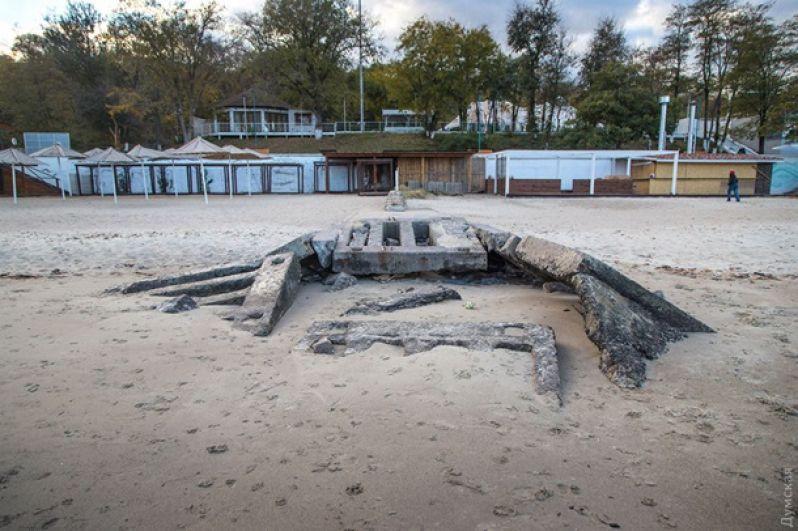 Море настолько обмелело, что теперь на пляже может поместиться много людей. Жаль, что не сезон.