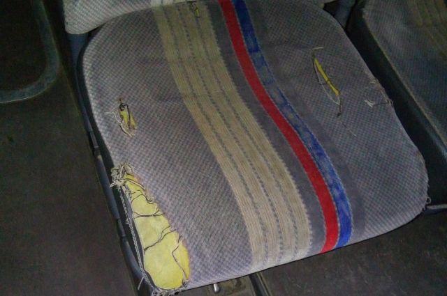 В 29 городских автобусах обнаружили порванные сиденья и разбитые стекла.