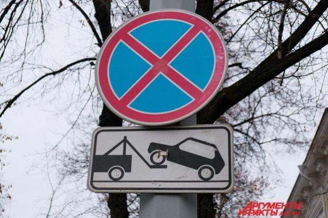 В Оренбурге продолжились работы по обновлению дорожных знаков и указателей, а также ремонту светофоров.