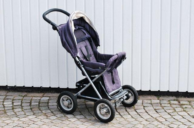 Женщина переходила дорогу с коляской, в который находился её сын.