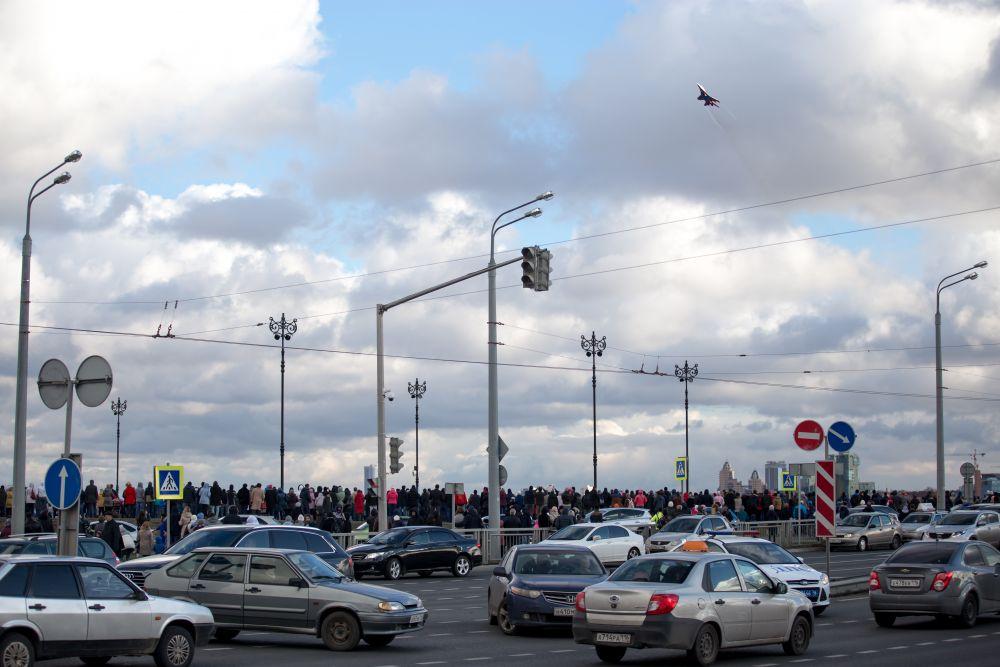 Многие решили смотреть за шоу прямо с Кремлевской дамбы.