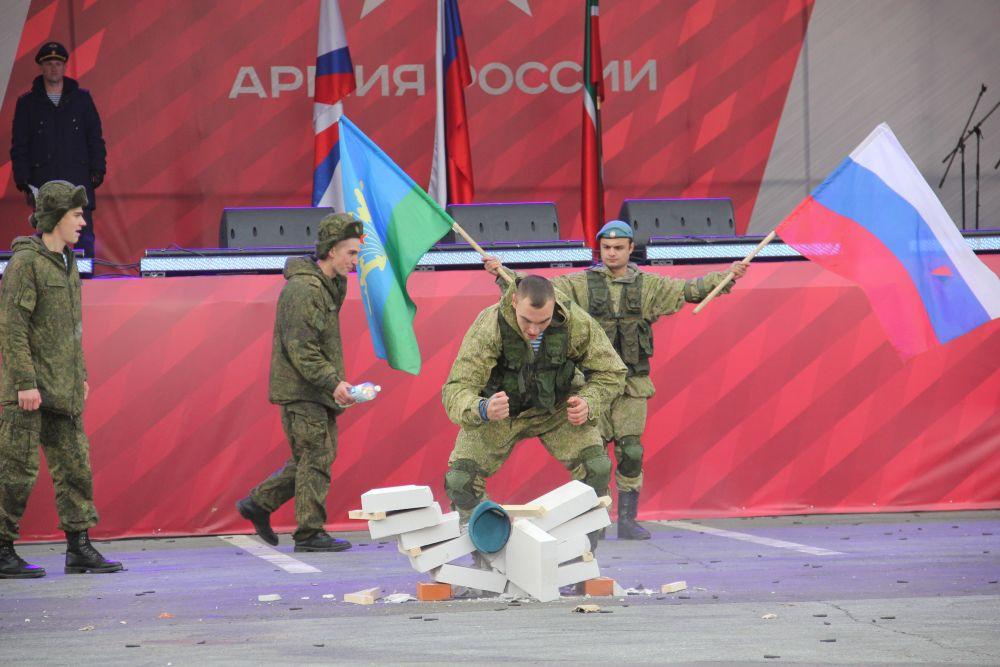 Спецназ демонстрирует приемы рукопашного боя и не только.