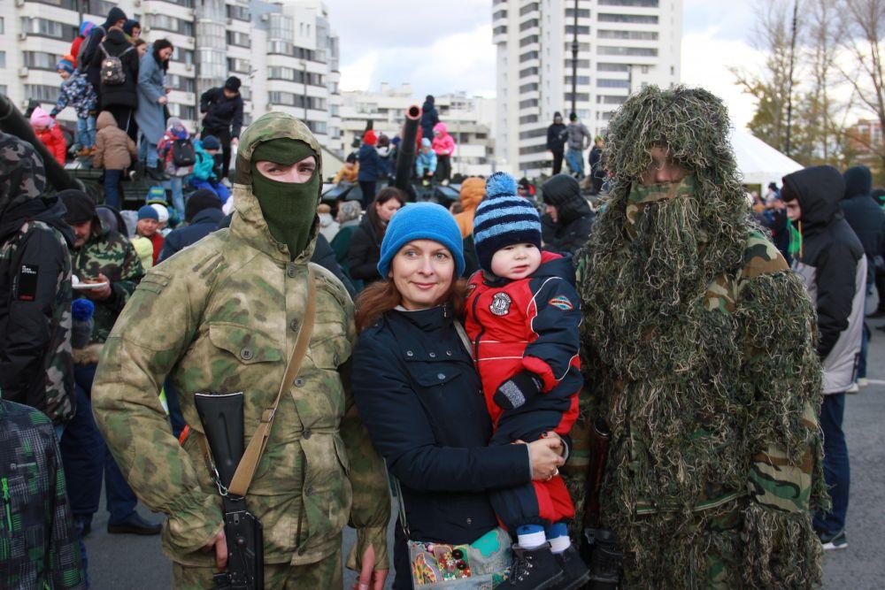 Гости акции с удовольствием фотографировались с солдатами.