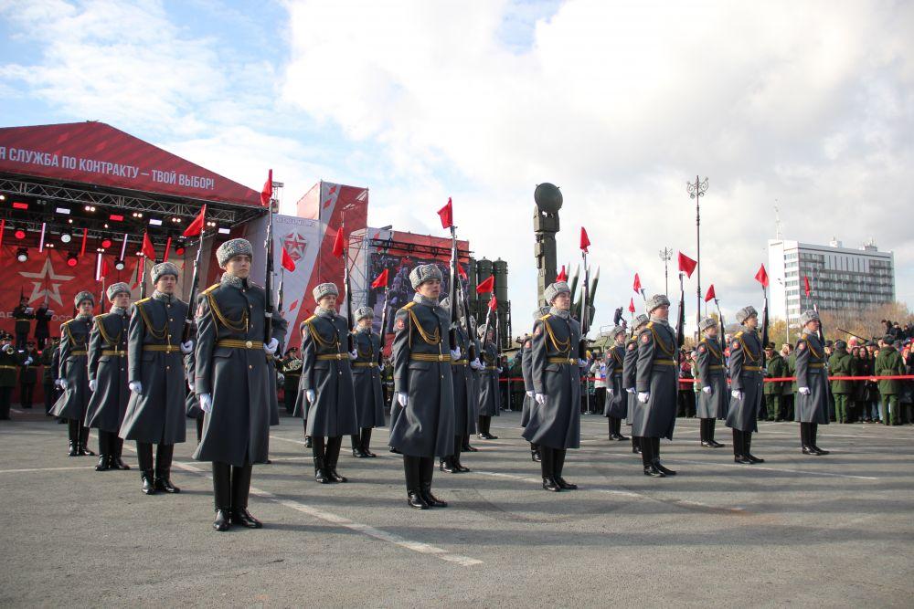 Также гостей ждал митинг-концерт с участием ансамбля песни и пляски и духового оркестра Центрального военного округа.