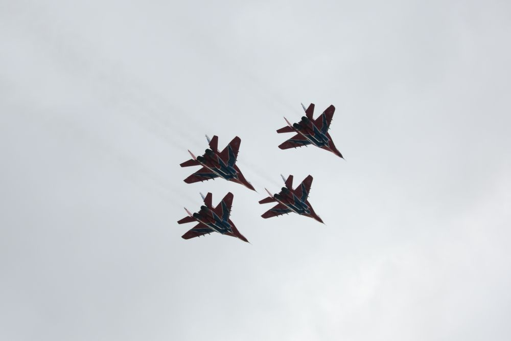 Подмосковные летчики продемонтстрировали фигуры высшего пилотажа на минимальном расстоянии друг от друга.