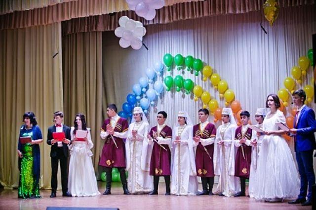 Детские коллективы Оренбуржья и Беслана дали совместный концерт в Шарлыке.
