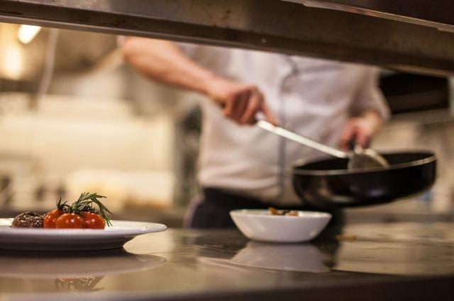 На момент проверки в помещении пищеблока на должности поваров и кухонных рабочих работали 23 осужденных.