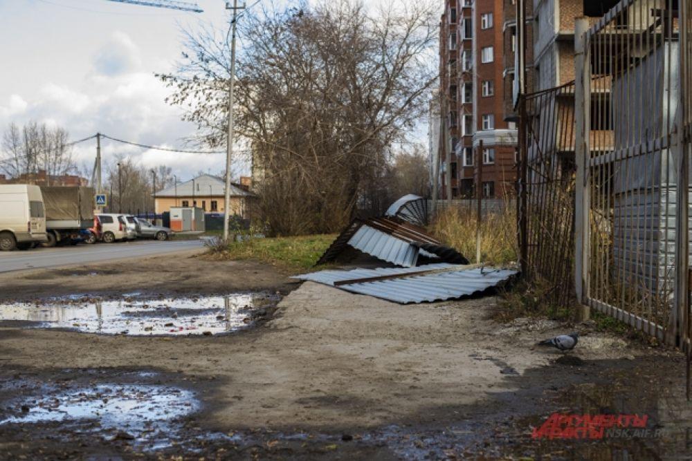 В Ленинском районе на строительном объекте от ветра разрушился забор.