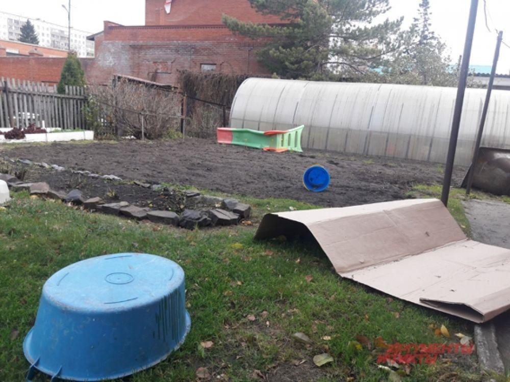 Ураган сносил на своем пути все - садовый инвентарь, предметы быта.