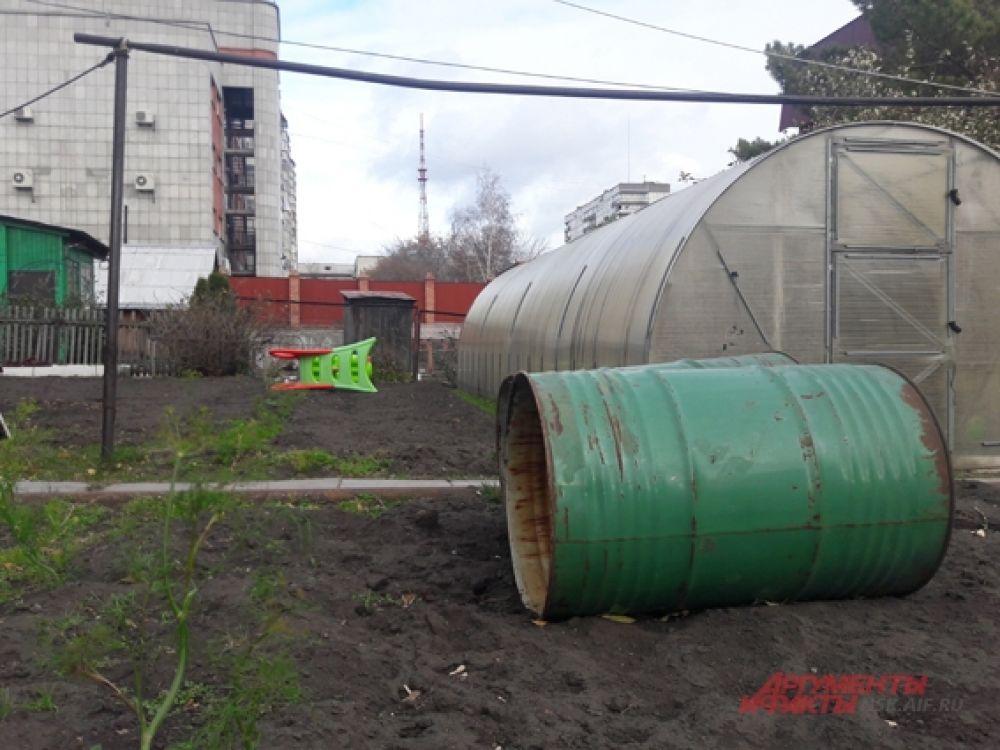 В одном из огородов Кировского района снесло железные бочки.