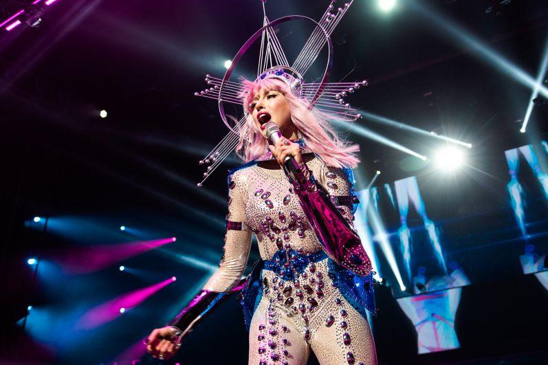 Полякова показала публике пять новых песен, слова которых 10 тысяч зрителей сразу же подпевали в унисон певице.