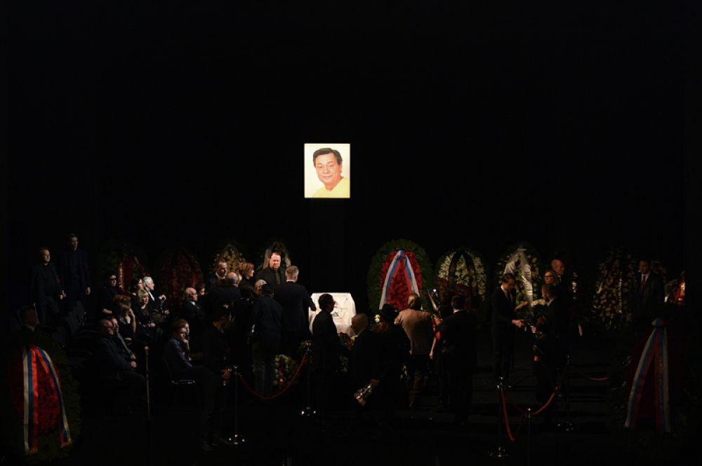 На церемонии прощания с актёром театра и кино Николаем Караченцовым в театре «Ленком» в Москве.