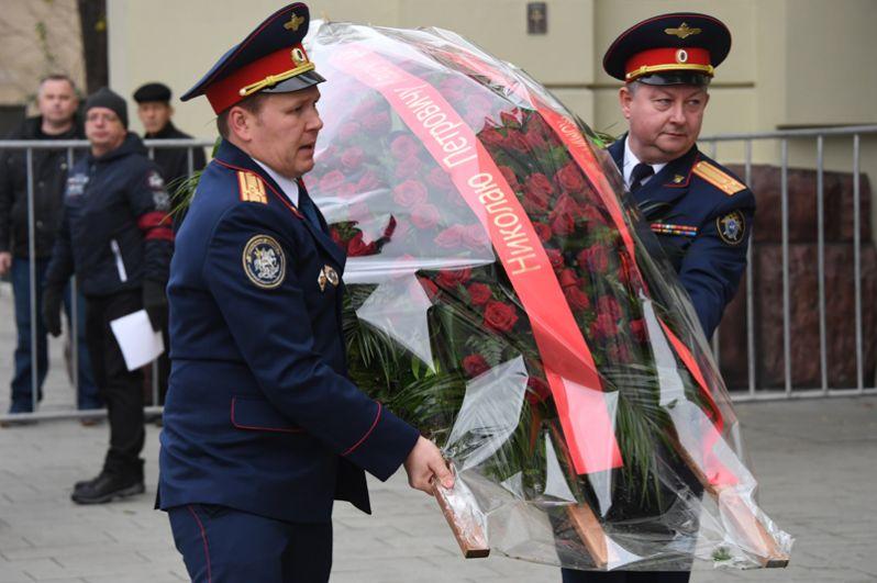 Сотрудники Центрального аппарата Следственного комитета РФ несут цветы к зданию театра «Ленком».