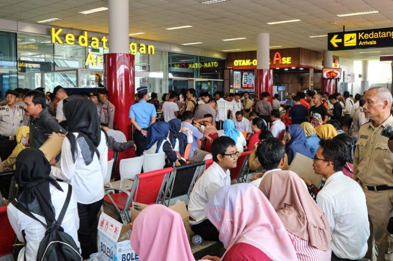 Родственники погибших в авиакатастрофе в аэропорту города Панкалпинанг.