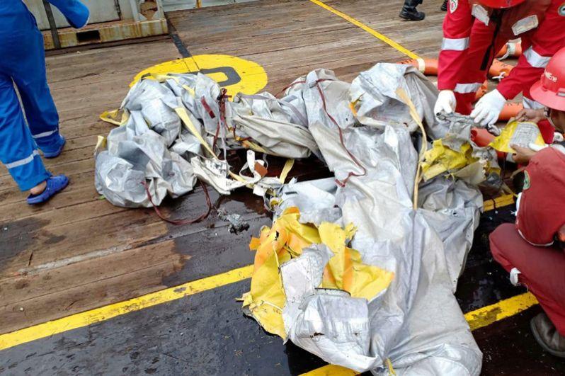 Спасатели изучают обломки самолета авиакомпании Lion Air рейса JT610, найденные на месте крушения.