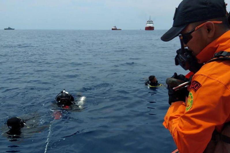 Работа спасателей на месте крушения самолета Boeing 737.